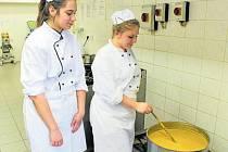 Dýňová polévka je hotová. S její přípravou pomáhaly i Michaela a Zuzka.