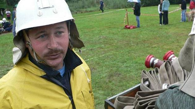 Letošní ročník všelibického poháru. dobrovolní haisči ze Všelibic nejen na mnohé hasičské soutěže jezdí, ale také některé z nich sami pořádají, třeba Všelibický pohár.