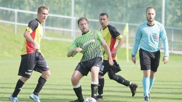 V okresním fotbale se utkali nováčci soutěže Krásná Studánka B a Mníšek. Zápas skončil plichtou 1:1. Domácí hráči jsou v zelených dresech.