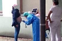 Na sociálních sítích se objevila fotka z liberecké nemocnice, kde je těhotná žena vyšetřována venku před vchodem na gynekologické oddělení
