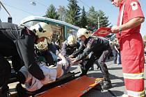 Záchranáři v akci při modelové situaci srážky dvou tramvají.
