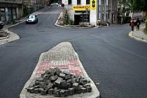 KŘIŽOVATKA UŽ MÁ NOVÝ POVRCH. Po několikatýdenní rekonstrukci řidiči konečně bez obav o zdraví i svůj vůz projedou zrekonstruovanou křižovatkou ulic Valdštejnská a Chrastavská.