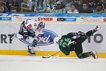 13. kolo extraligy ledního hokeje mezi HC Bílí Tygři Liberec a HC Energie Karlovy Vary. Na snímku Jaroslav Vlach a Vojtěch Polák.