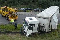 Poryv větru odhodil kamion tak nešikovně, že se stal nepojízdným a musel být odtažen.