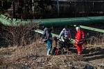 Strážníci a pracovníci Českého červeného kříže monitorují, jak jsou na tom v mrazech bezdomovci v Liberci. Rozdávají jim pokrývky a teplé oblečení. Snímek je z 27. února.