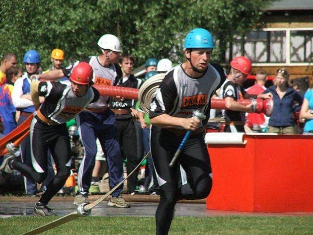 Dobrovolní hasiči z Karlinek za rok úspěšně absolvují řadu soutěží, ceny si ze soutěží přiváží pravidelně také jejich dorost.