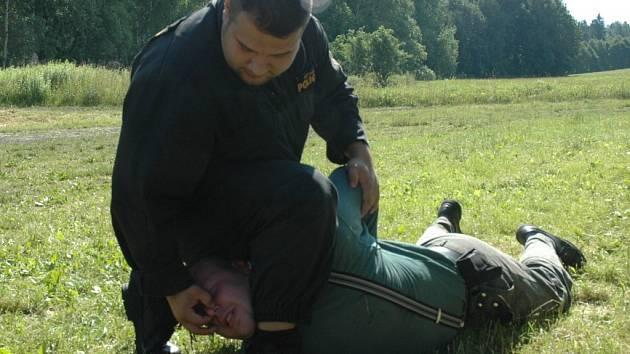 TVRDÝ VÝCVIK. Policisté se na střelnici v Pertolticích věnovali nejen střelbě, ale také bojové technice Musado. Na snímku předvádí účinný chvat jeden z instruktorů, Martin Torák.
