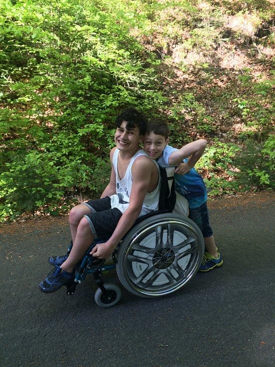 Životní příběh šestnáctiletého Kevina z Liberce se podobá filmu. Prodělal dětskou mozkovou obrnu, začal rehabilitovat, pak nasedl na kolo a stal se mistrem České republiky ve své věkové kategorii paracyklistů.