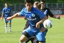 ERIK DANIEL, střelec prvního libereckého gólu ve včerejším utkání České fotbalové ligy (v popředí), se snaží vymanit ze sevření kladenského protihráče.