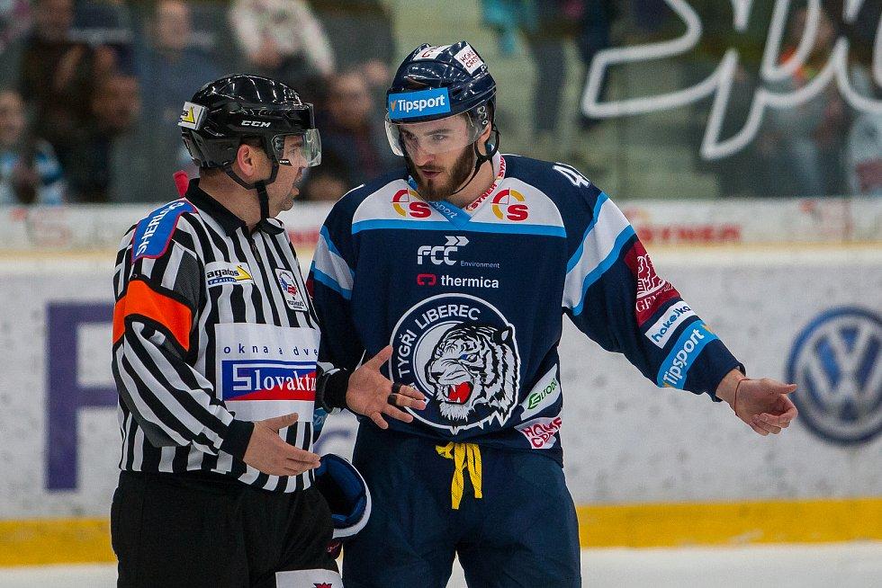 Dohrávka zápasu 11. kola Tipsport extraligy ledního hokeje se odehrála 26. února v liberecké Home Credit areně. Utkaly se celky Bílí Tygři Liberec a HC Dukla Jihlava. Na snímku zleva hlavní rozhodčí Petr Lacina a Tomáš Filippi.