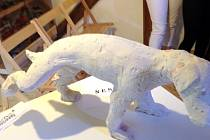 STRAKATÝ VOŘÍŠEK stál jako model soše z Kryštofova údolí.