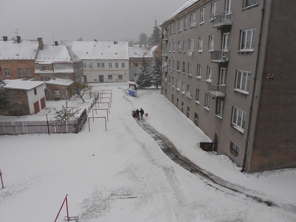 Sobota 27.10.2012 v Novém Městě pod Smrkem napadl první sníh.