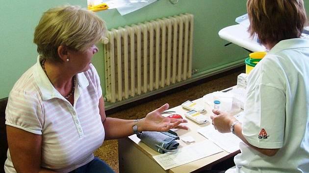 Obyvatelé města aokolí si pak mohli prověřit, jak jsou na tom s hladinou cholesterolu v krvi, krevním tlakem a pulsem, jaké mají hodnoty tělesného tuku Body Mass Indexu (BMI).
