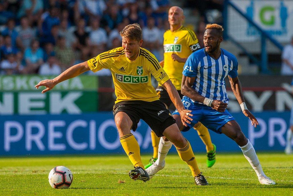 Zápas 1. kola první fotbalové ligy mezi týmy FC Slovan Liberec a MFK Karviná se odehrál 21. července na stadionu U Nisy v Liberci. Na snímku zleva Pavel Dreksa a Elvis Sukisa Mashike.