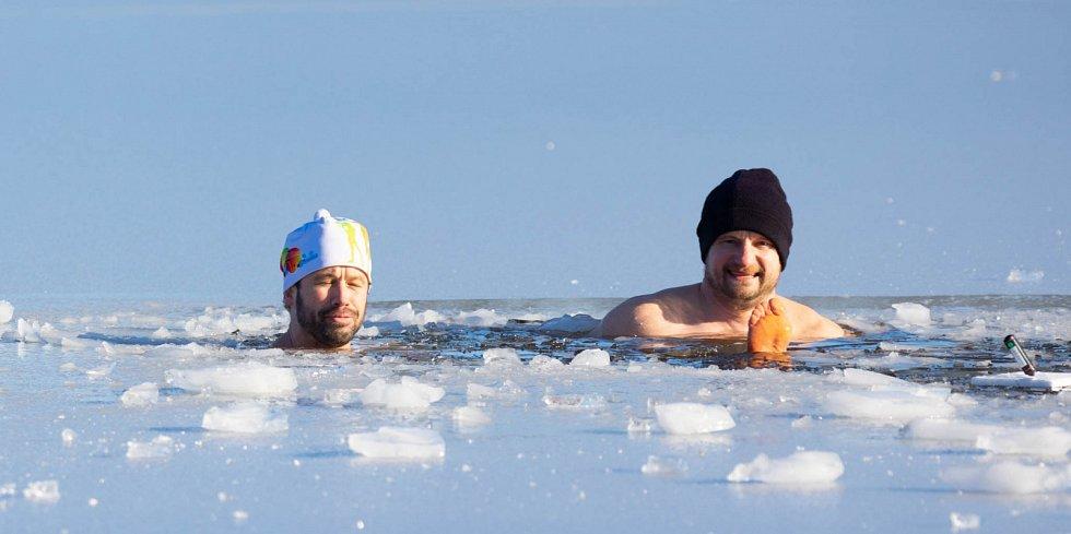 Otužování je supr, vzkazují Martin Hosnedl a Jaroslav Čaban, kteří si takto užívali 31. ledna 2021 v jezeru Kristýna u Hrádku nad Nisou