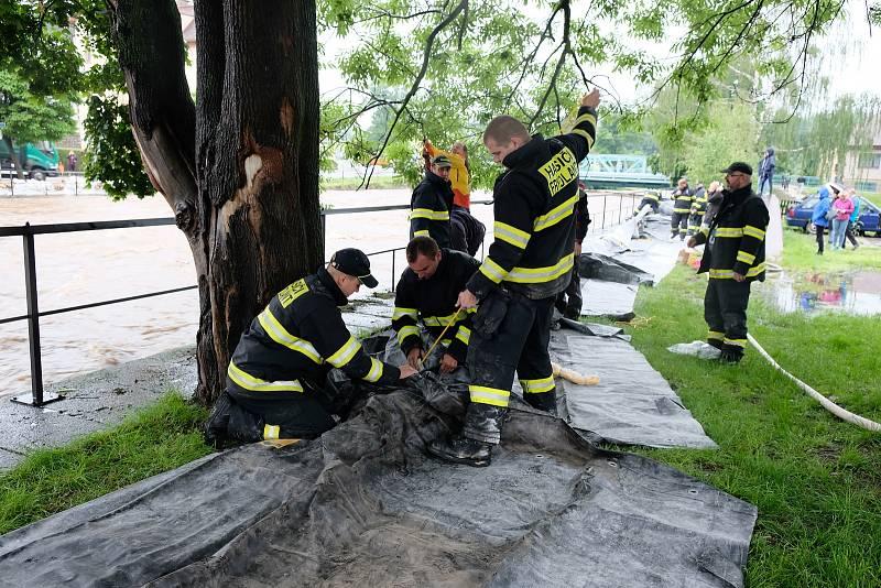 Na břehu Smědé bylo postaveno 44 metrů protipovodňových bariér zapůjčených od Hsičského záchranného sboru Libereckého kraje, na druhé straně drží vodu v korytu pytle, které od rána plní členové SDH Frýdlant a teď už také dobrovolníci