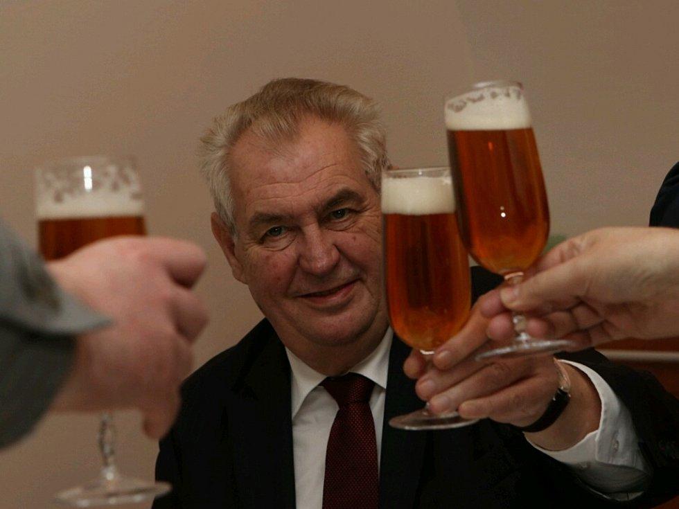 Miloš Zeman si připíjí v Minipivovaru Novosad a syn Hrarrachov.