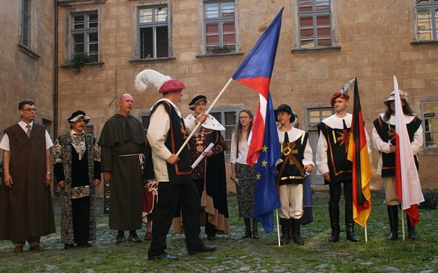 OSLAVY.  Starostové  Andrzej Grzmielewicz, Arndt Voigt, hejtman Petr Skokan a Martin Půta (zleva) se stali na Grabštejně herci zahajovacího večera Oslav Trojzemí.