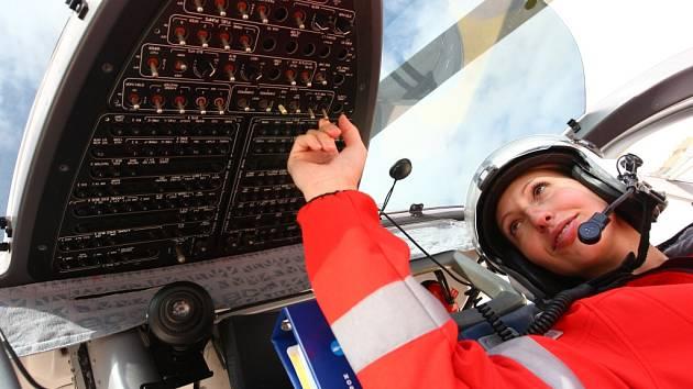 Vrtulník liberecké záchranky a jeho obsluha Markéta Jiroušová