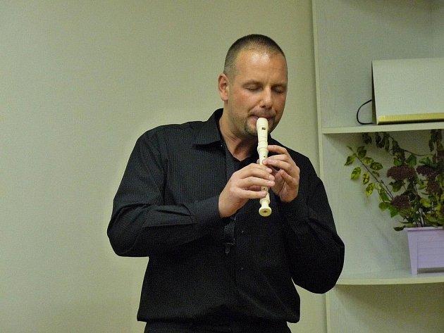 JOSEF PEPSON SNĚTIVÝ je hudebník, spisovatel, překladatel a  nakladatel. Vlastní nakladatelství Čas. Jeho velkým přítelem a vzorem je cimrmanolog Miloň Čepelka.