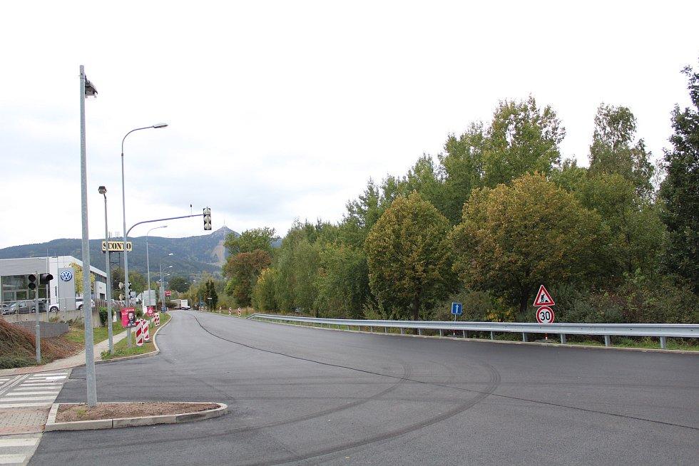 Mezi červencem a říjnem probíhá v Liberci rekonstrukce frekventované ulice České mládeže. Na snímku stav z 2. října 2018, týden před dokončením. Na snímku světelná křižovatka s příjezdovou cestou k OC Nisa.