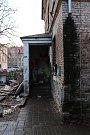 Hasiči evakuovali v úterý 4. prosince obyvatele domu v ulici U Kolory kvůli špatné statice.
