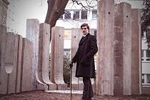 Prostor k poctě Adolfa Loose v roce 2020, kdy by architekt oslavil 150 let. Jeho postavu při této příležitosti ztvárnil student Fakulty umění a architektury TUL.
