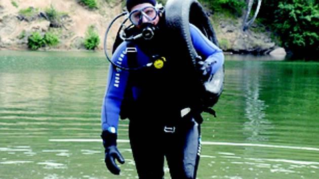 VYČISTILI PŘEHRADU. Potápěči v průběhu sobotního dopoledne vytáhli z harcovské přehrady řadu předmětů, které v ní nemají co dělat. Na snímku jeden z nich, Petr Bunda.