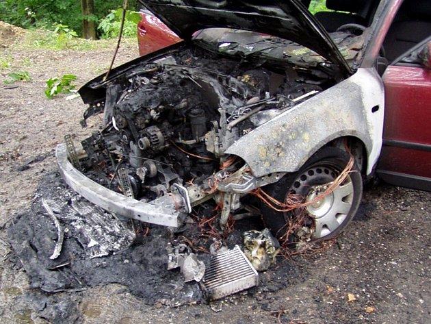 Požár vozu VW Passat na silnici v části Loktuše v Mírové pod Kozákovem.