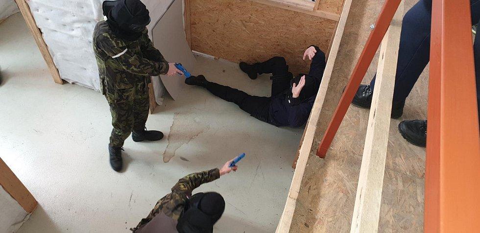 Studenti si pod dohledem lektorů vyzkoušeli svou fyzickou i psychickou připravenost.