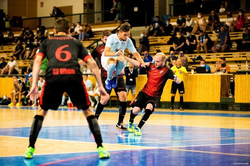 Futsalisté Liberce (v červenočerném) prohráli v Plzni 0:5.
