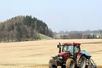 Extrémní sucho trápí zemědělce také v Podještědí, kteří od minulého týdne postupně začínají s jarní setbou plodin.