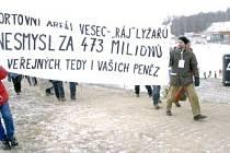 Zhruba stovka demonstrantů protestovala ve veseckém lyžařském areálu.