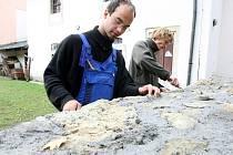 Učni zvelebovali zeď u bývalého špitálu, který založila Sv. Zdislava.