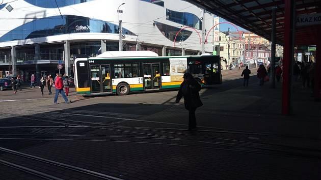 Na terminálu městské hromadné dopravy Fügnerova v Liberci srazil v pondělí po poledni autobus chodce.