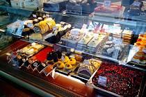 CUKRÁRNA V LIDOVÝCH SADECH je nově otevřena a nabízí široký sortiment sladkých desertů včetně několika druhů zmrzlinových pohárů.