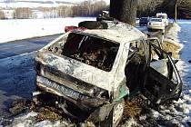 Řidič po nárazu do stromu zůstal uvězněný v hořícím voze.