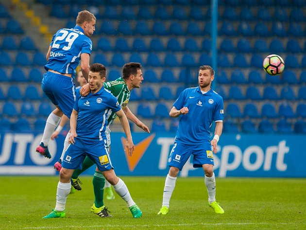 Utkání Slovanu Liberec (v modrém) proti Bohemians Praha 1905. Vlevo domácí Tomáš Souček ve výskoku