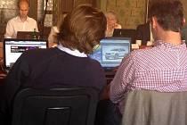Lukáš Pohanka a David Václavík (oba Starostové pro LK) si místo městských záležitostí na počítačích před sebou prohlíželi servery s auty a dovolenými.
