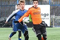 DOROSTY BODOVALY. Liberecká U17 porazila Olomouc 3:0. Na snímku je vlevo domácí Prokš.