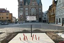 NÁMĚSTÍ T. G. MASARYKA VE FRÝDLANTU. Posledními úpravami prochází místo, kde bude nová kašna a podstavec pro sochu Valdštejna, postavy úzce spjaté s městem.