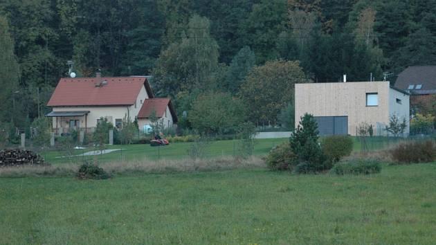 STEJNÝM METREM? Jiří Zeronik stavěl dům vpravo.