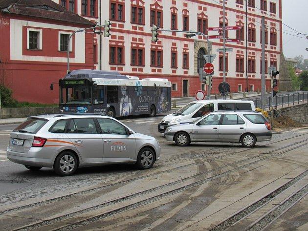 I přes zákazy se řidiči snaží projet ulicí Rumunskou nebo 8. března. Často to berou i pěší zónou v Moskevské ulici, která na průjezd aut není uzpůsobena.