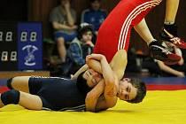 STŘÍBRNÝ FILIP. Chrastavský borec Filip Culek (dole) bojuje s Omarem Rachmatovem.