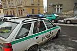 Policie odváží zatčeného muže.