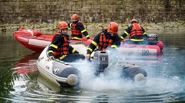 Liberečtí hasiči cvičili tento týden na harcovské přehradě.