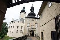 Po sto dvacetičtyřech schodech denně několikrát vystoupají průvodkyně Kamila a Jana na ochoz věže zámku Lemberk. Z ochozu ve výšce 24 metrů je nádherný výhled hlavně na Lužické hory.