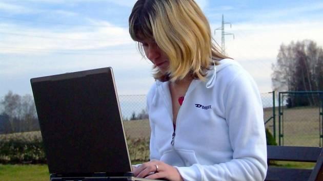 Liberecká překladatelka Eva Hudcová při překladu knížky pracovala i v přírodě.
