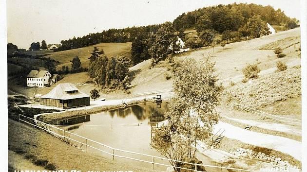 Koupaliště v Radčicích na historické pohlednici