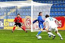 Liberecký Radzinevičius (vpravo) si sice obhodil boleslavského kapitána Mrvíka, ale potom zakončil nepřesně. Slovan B prohrál vysoko 0:4.